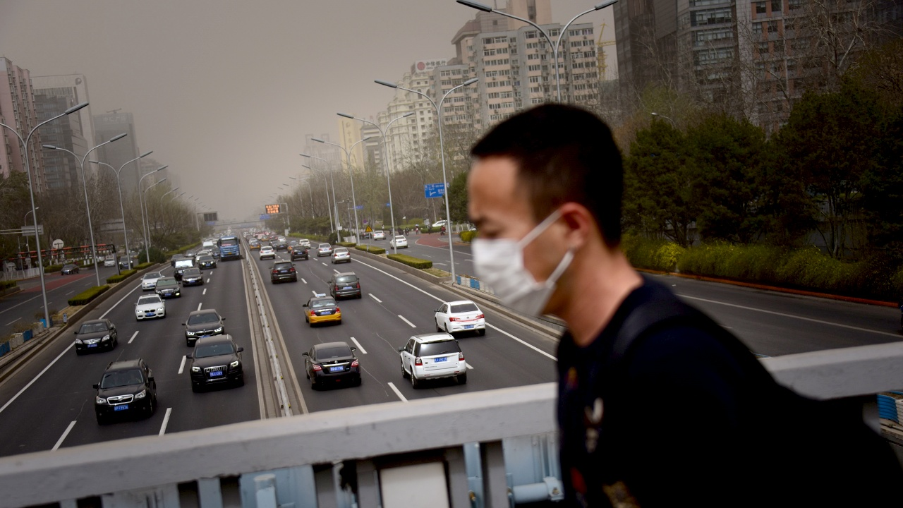 Пекин во власти смога из-за песчаной бури