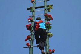Лестница из клинков и танцы на углях на фестивале в Китае