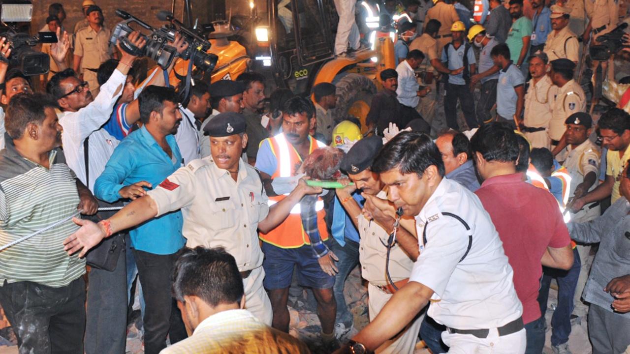 Автомобиль протаранил жилой отель в Индии, здание рухнуло