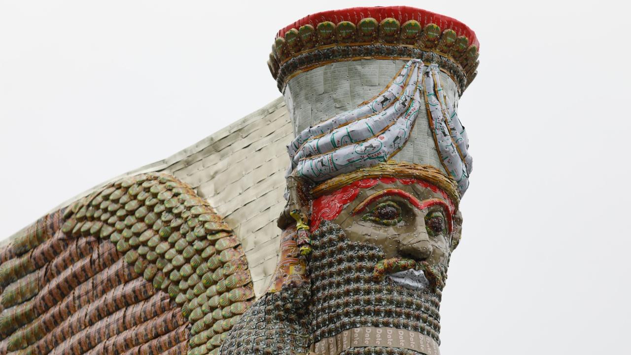 Статую человека-быка в Лондоне сделали из банок из-под финикового сиропа