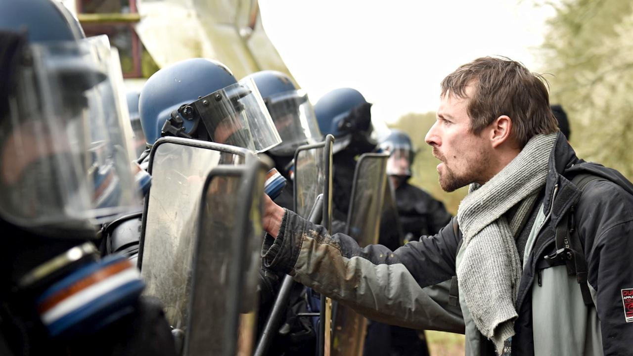 Французская полиция разгоняет экоактивистов на месте планируемого аэропорта