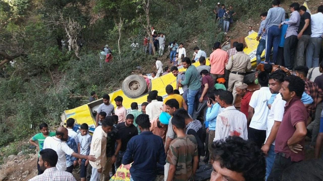 Школьный автобус упал в ущелье в Индии: погибли 30 детей