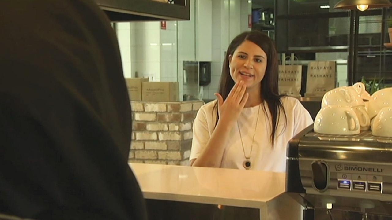 Персонал кафе в Сиднее выучил язык жестов ради глухих клиентов