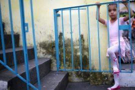 Балет дарит надежду жительницам самых опасных трущоб Рио