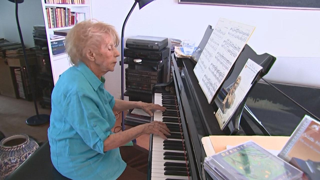 103-летняя француженка продолжает играть на фортепиано
