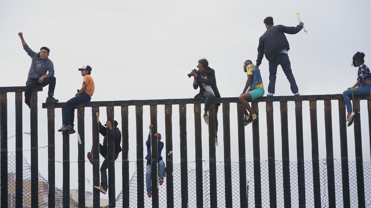 Мигранты из центральноамериканского каравана протестуют на границе с США