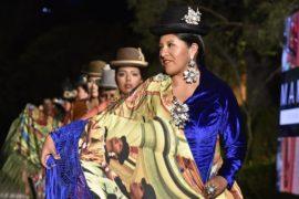 Пышные юбки и шляпы-котелки: моду чолит показали на подиуме