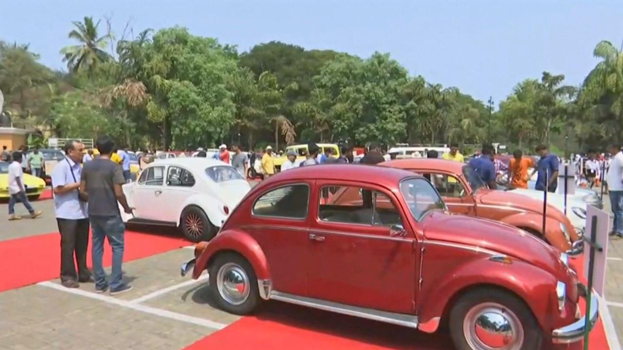 Более 100 винтажных авто и мотоциклов поучаствовали в параде в Индии