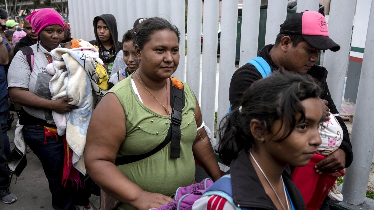 Караван мигрантов ждёт на границе с США: пропустили 25 человек