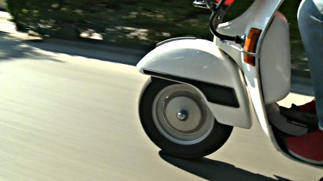 Парад скутеров устроили в честь 50-летия знаменитой модели Vespa Primavera