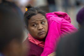 Женщины и дети из каравана мигрантов переходят на территорию США