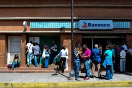 Венесуэльцы в панике забирают свои вклады из крупнейшего частного банка страны