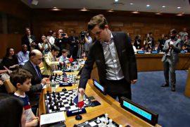 Норвежец Магнус Карлсен провёл шахматный матч в штаб-квартире ООН