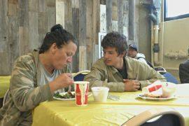 Бездомных женщин Лос-Анджелеса накормили в День матери