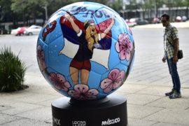 Мексика отправит в Москву гигантские футбольные мячи