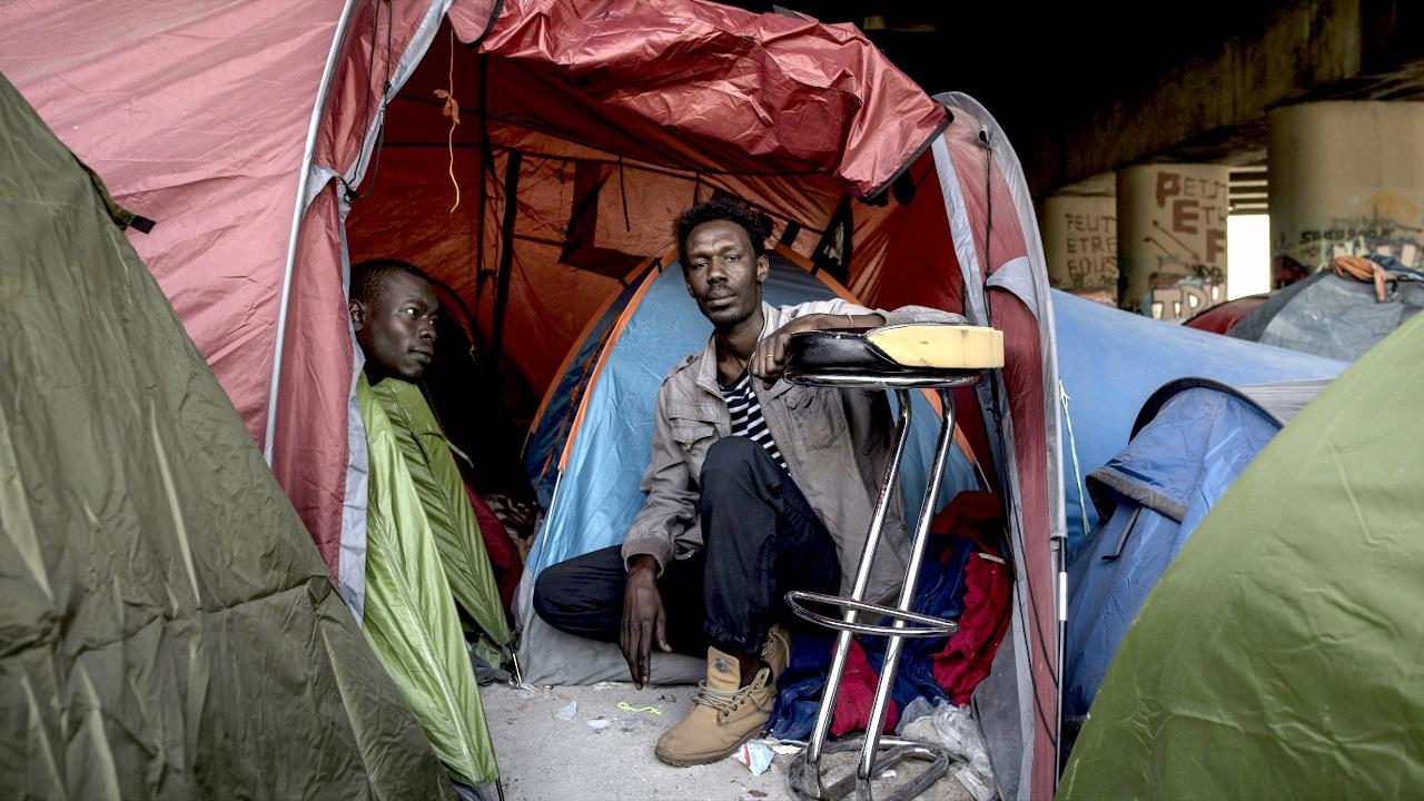 На улицах Парижа остаётся более 2000 мигрантов