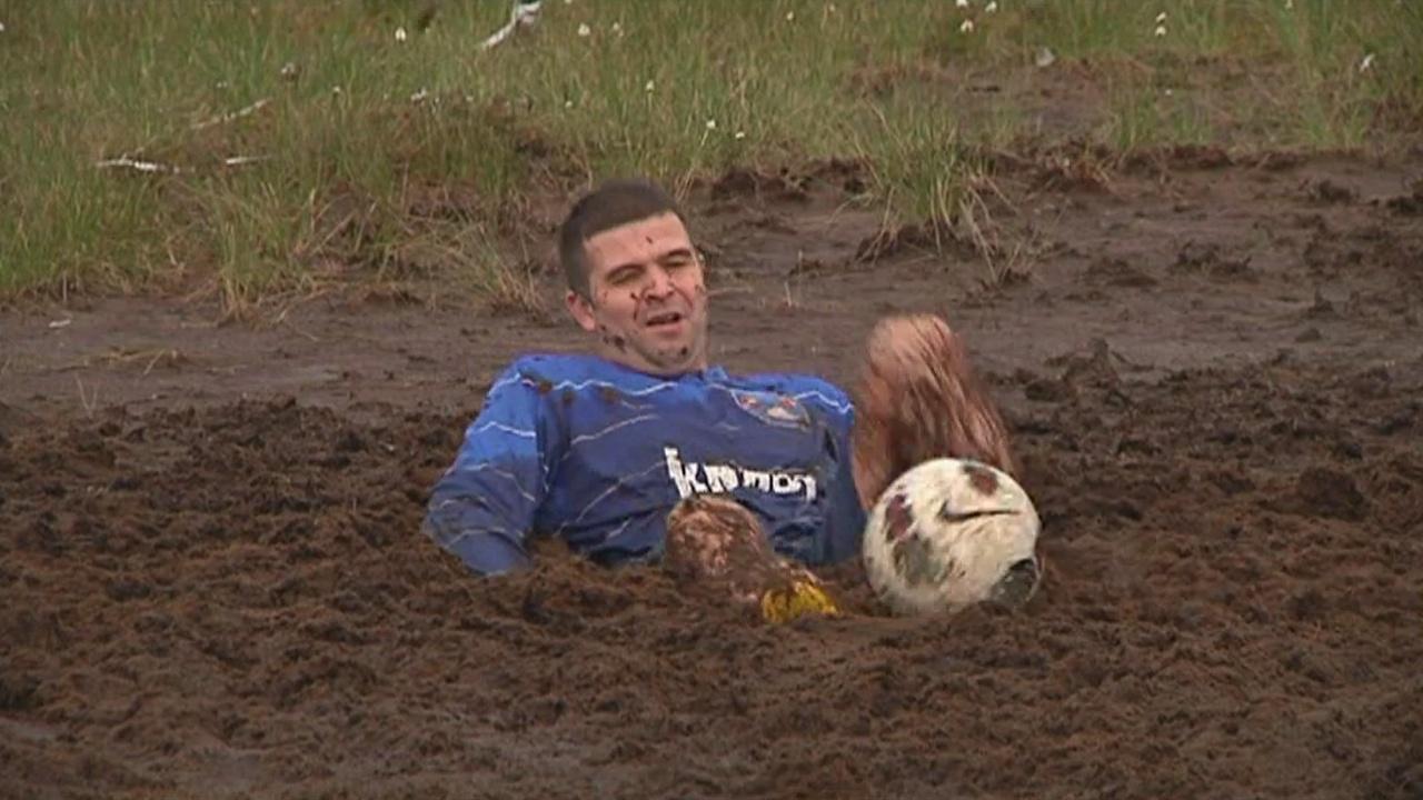 Как россияне играют в болотный футбол