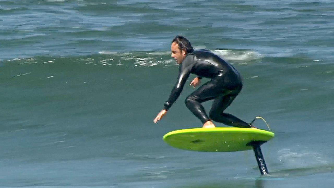 Сёрфингисты Калифорнии парят над волнами
