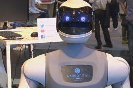 На выставке в Париже показали бесплатного робота