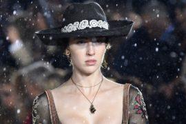 Модели Dior ходили под «дождём»