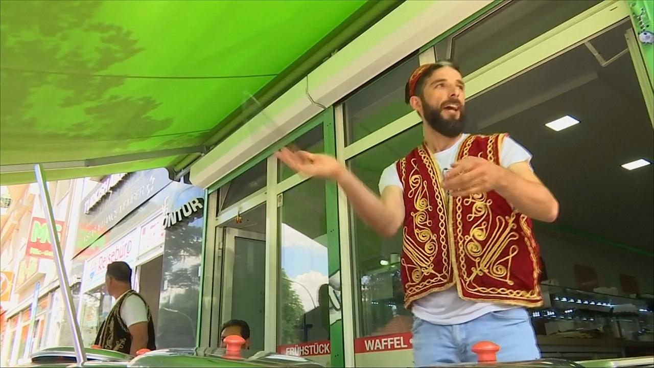 Турецкий мороженщик развлекает клиентов забавными трюками