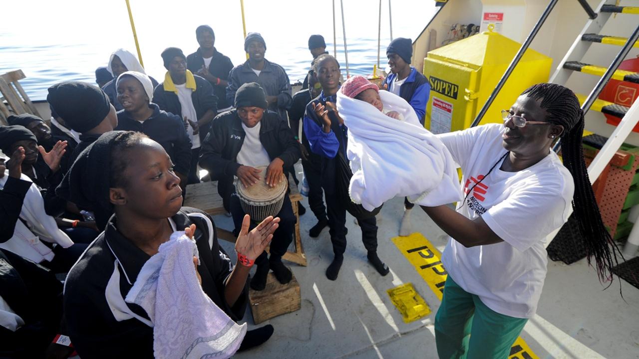 Мигранты приветствуют песнями и плясками новорождённого на спасательном судне