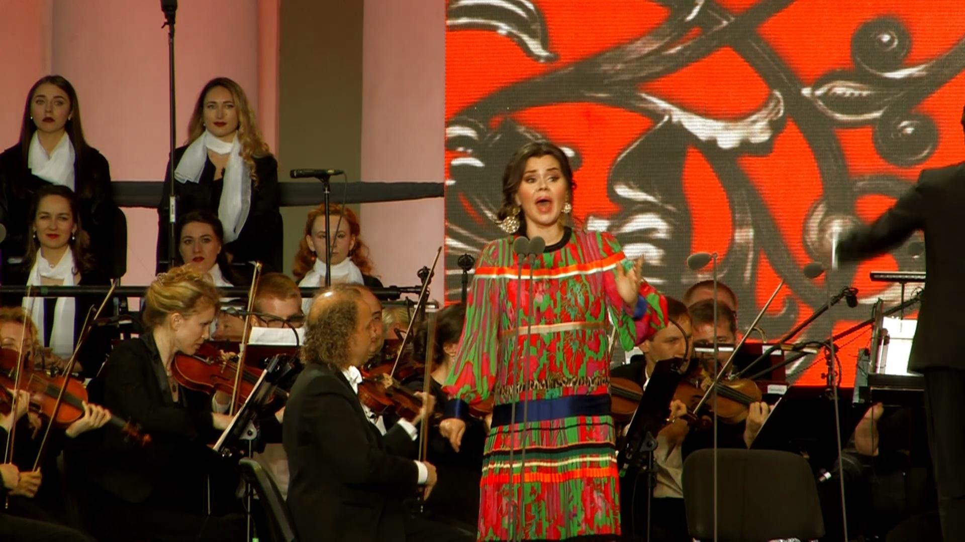 Мировые звёзды оперы поздравили Петербург с юбилеем
