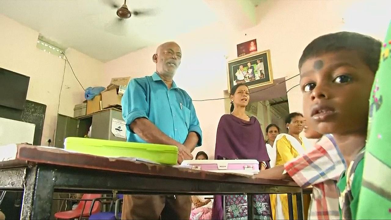 Индийский продавец чая бесплатно учит более 70 детей из трущоб
