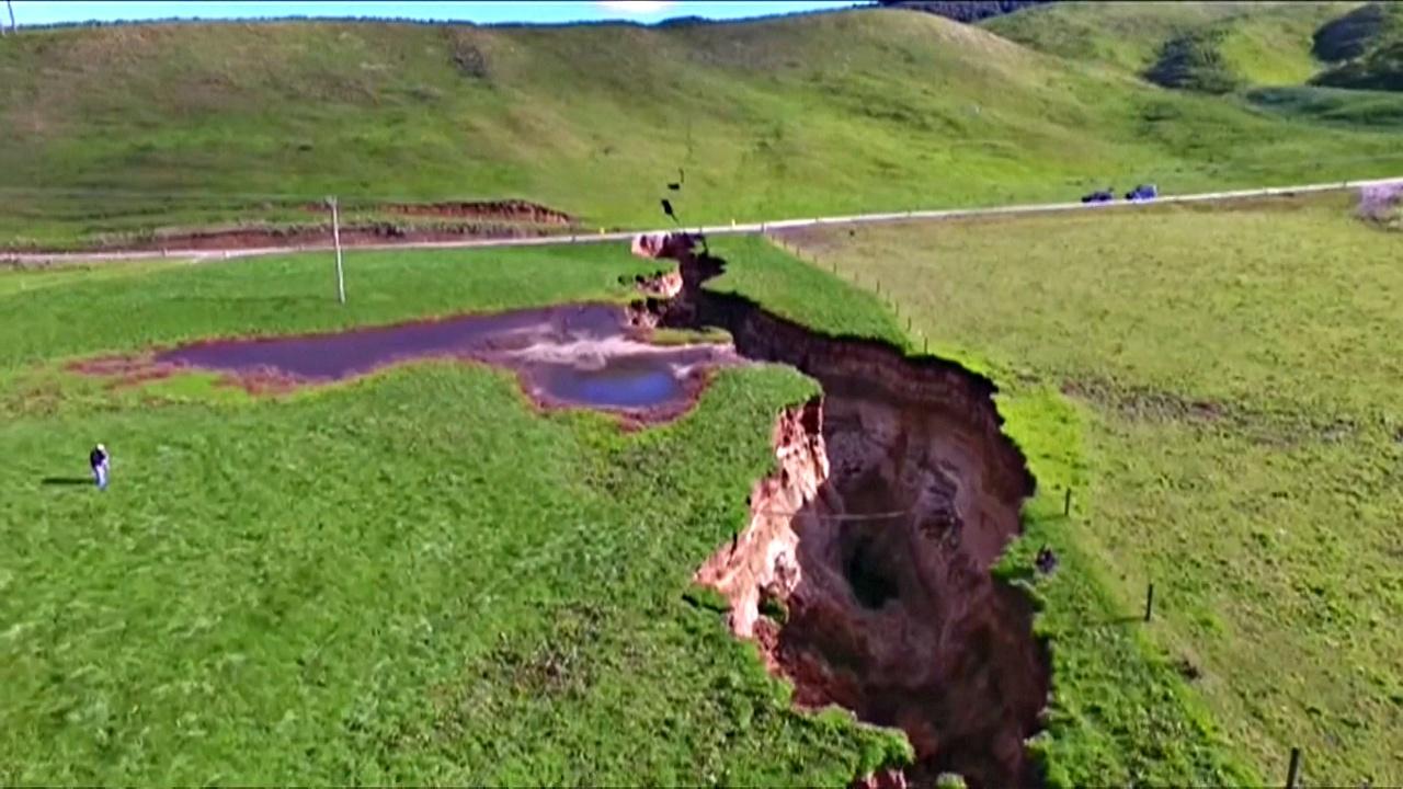 В новозеландском поле образовалась огромная трещина