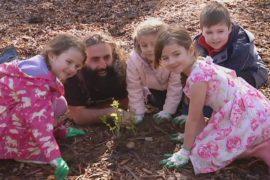 Австралийских детей приучают заботиться о редких растениях