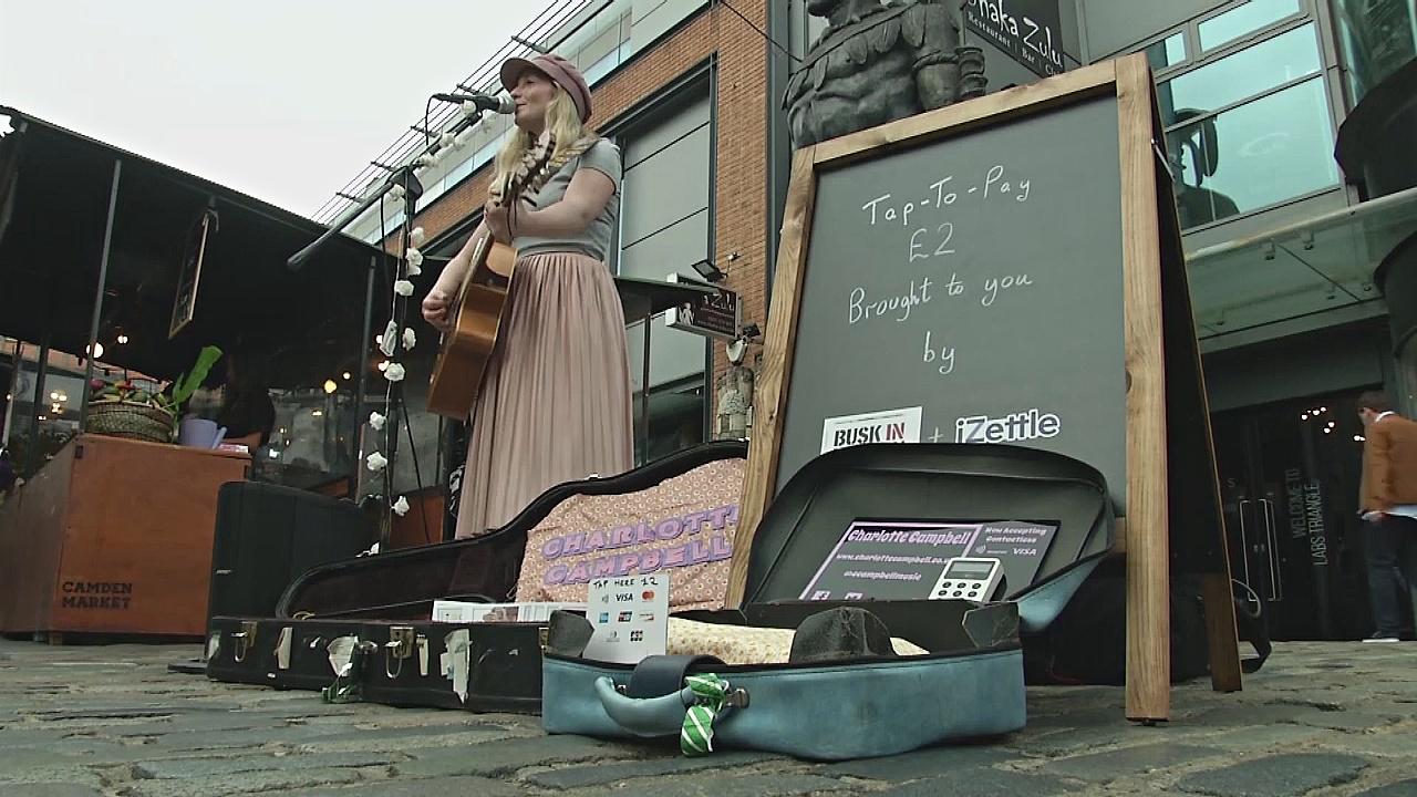 Уличные музыканты Лондона принимают пожертвования через карту