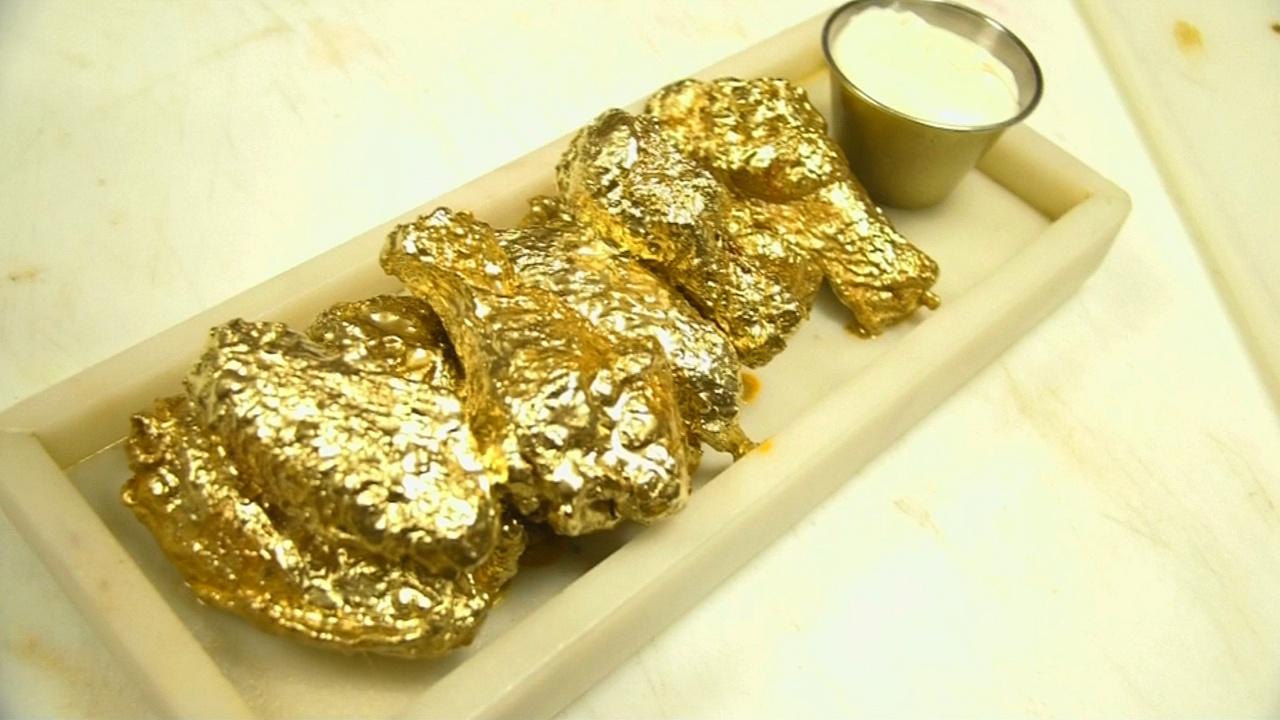 Куриными крылышками в золоте привлекает гурманов кафе в Нью-Йорке