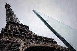 Эйфелеву башню ограждают бронестеклом толщиной 6,5 см