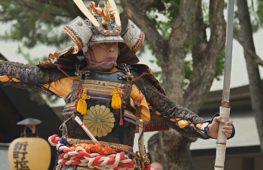 Самураи и японские красавицы на празднике посадки риса в Осаке