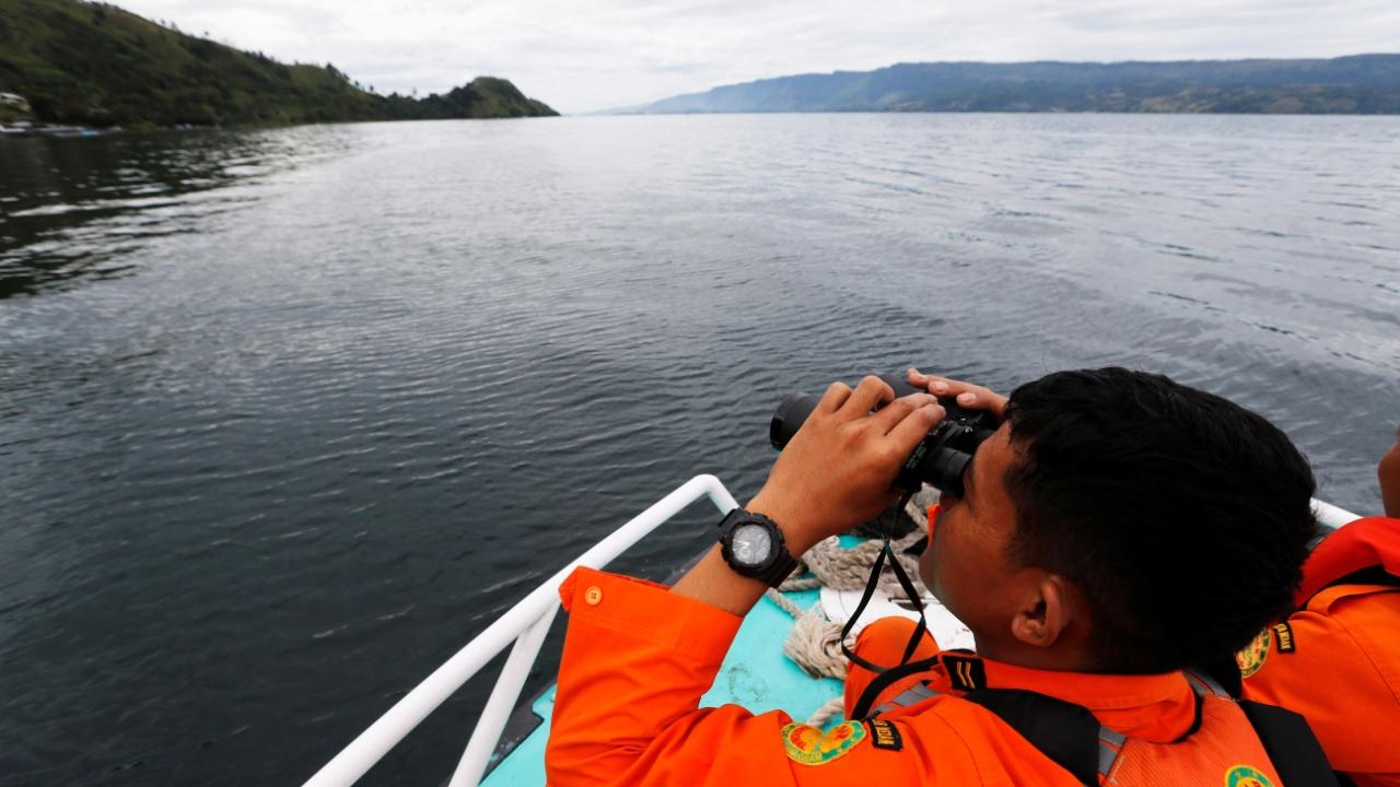 В Индонезии возобновили поиск пассажиров затонувшего парома
