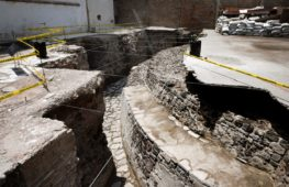 Над руинами ацтекского храма в Мехико сделали окно у тротуара
