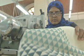 Египтянки и беженки получают работу на швейной фабрике в Каире