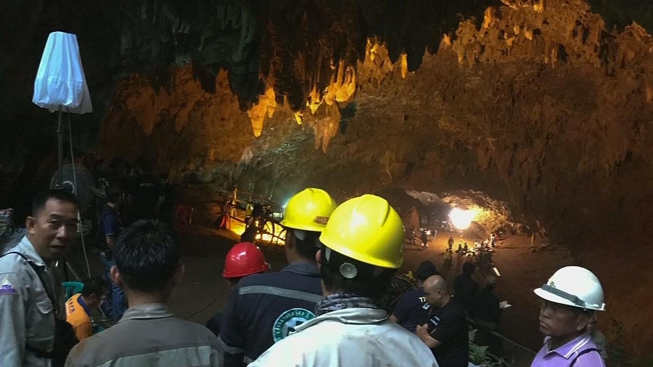 В Таиланде ищут детскую футбольную команду, потерявшуюся в пещере