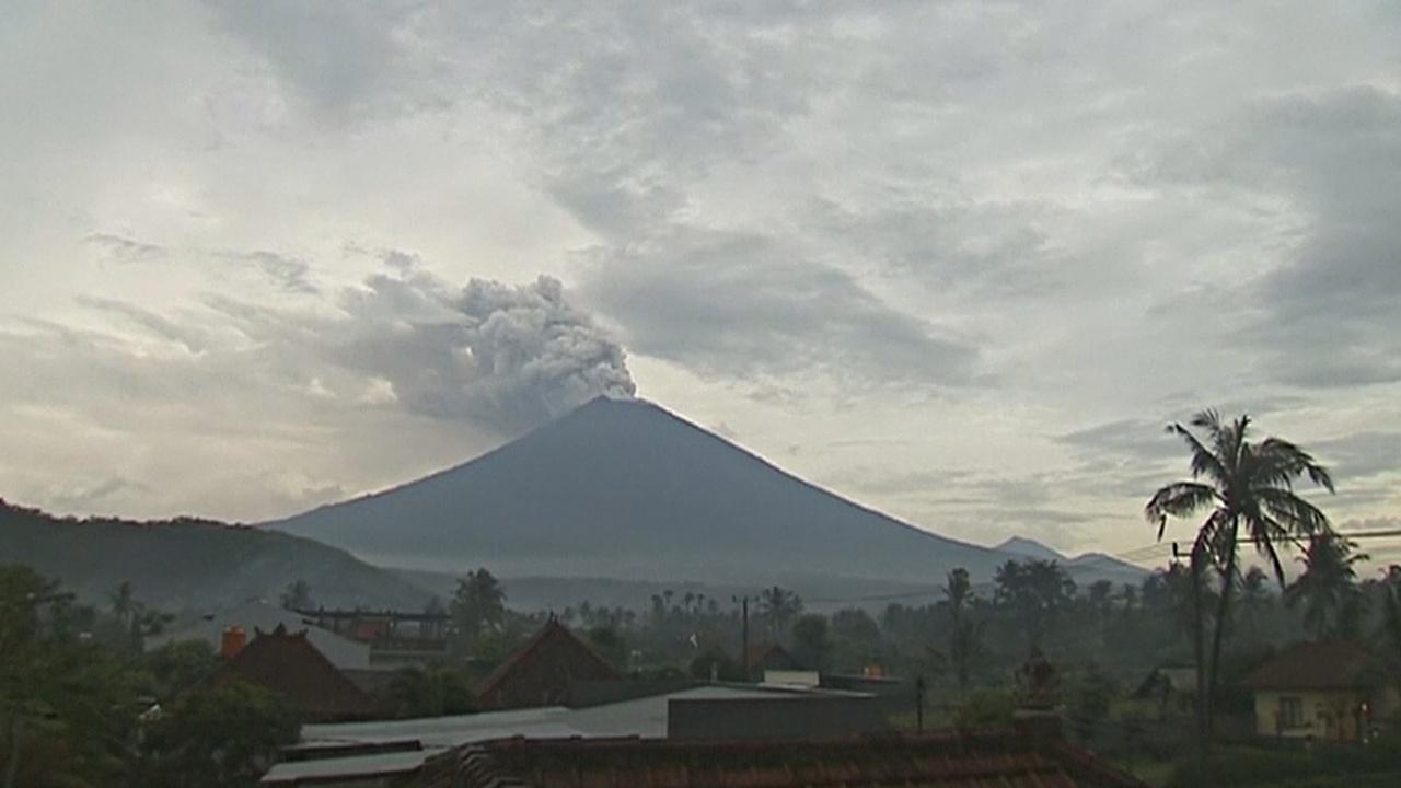 Из-за активности вулкана Агунг на Бали закрыли аэропорт