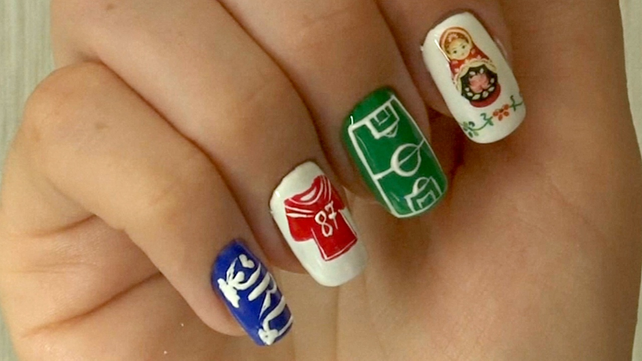 В Самаре мастер по маникюру рисует на ногтях футбольные мотивы
