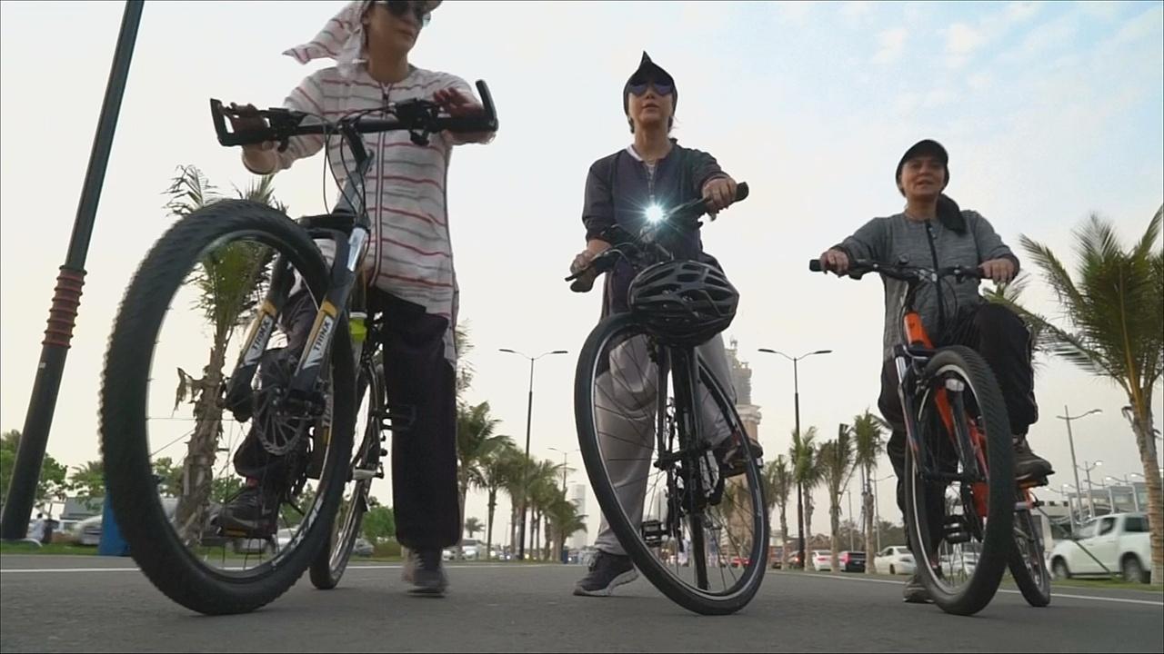 Саудовские дамы ездят на велосипедах в спортивных абайях