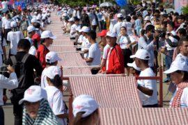 В Камбодже соткали шарф длиной в километр и побили рекорд Гиннесса