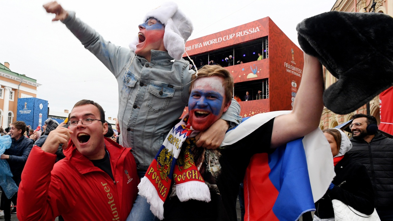 Российские болельщики ликуют после выхода сборной в четвертьфинал