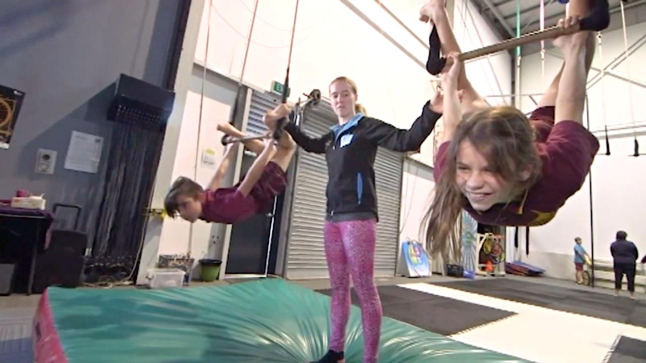 Цирковому мастерству обучают детей в австралийской школе