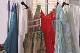 Платья из кофейных мешков и пластиковых бутылок: в Париже показали экологичную моду