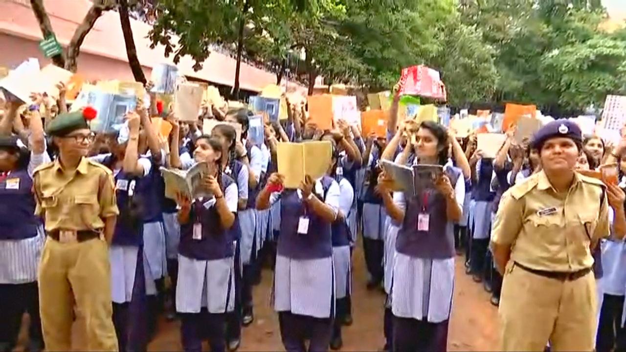 12 000 индийских школьников собрались, чтобы почитать вместе