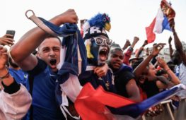 Французские болельщики празднуют и ждут финала