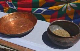 Выставка медных изделий в индийской деревне привлекает туристов со всего мира