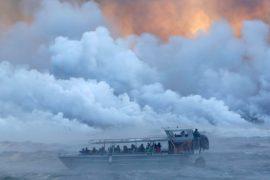 Килауэа ударил лавовой «бомбой» по туристическому судну, 23 пострадавших