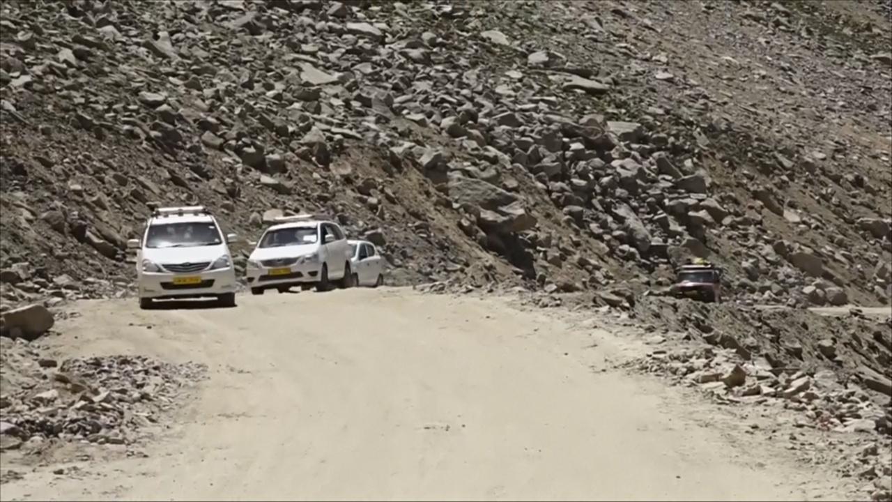 В Индии туристы на машинах покоряют перевал высотой 5500 метров